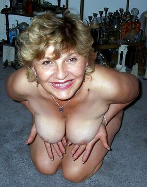 This American old housewife agrees to unwrap and posing..